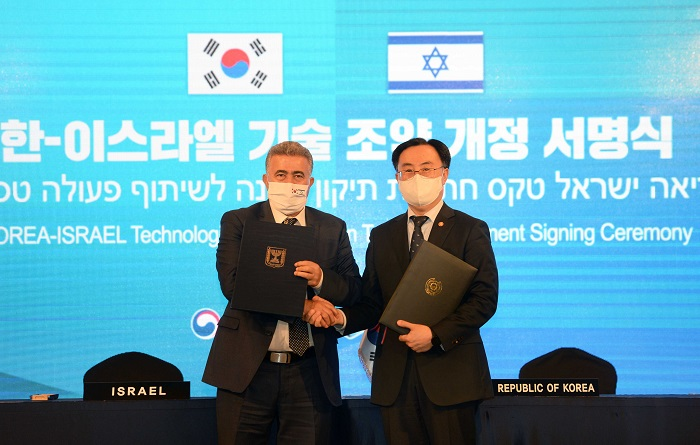 문승욱 산업통상자원부 장관과 아미르 페렛츠 이스라엘 경제산업부 장관 악수 모습