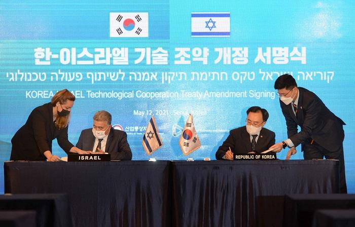 문승욱 산업통상자원부 장관과 아미르 페렛츠 이스라엘 경제산업부 장관의 서명하고 있는 모습
