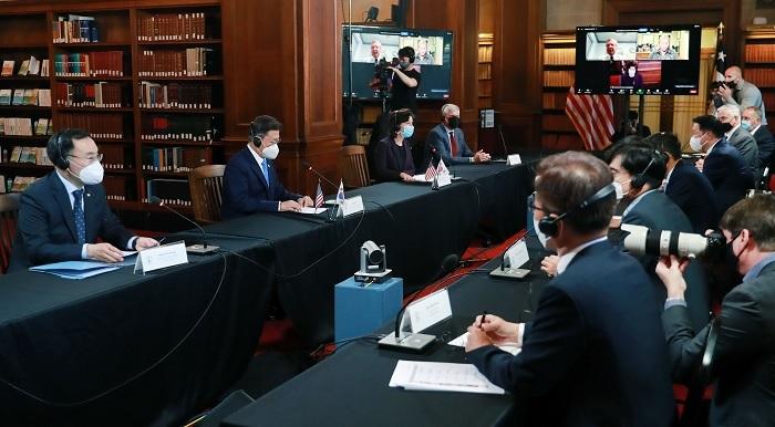 문승욱 산업통상자원부 장관은 2021. 5. 21(금,현지시간) 09:00 미국 워싱턴 상무부에서 문재인 대통령을 모시고 한-미 비즈니스 라운드 테이블에 참석하여, 인사말을 한 후 한-미 양국 간 경제협력 방안 등을 논의하였다.