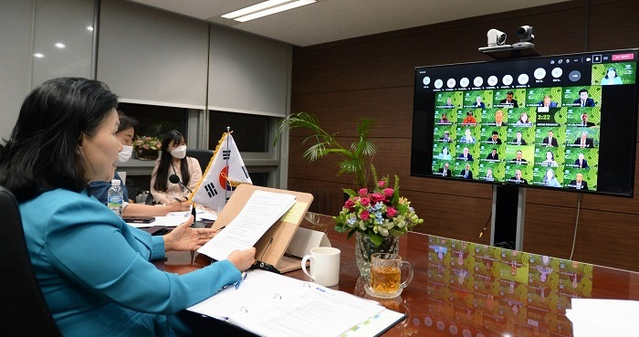 유명희 산업통상자원부 통상교섭본부장은 서울 대한상공회의소 영상회의실에서 의장국 뉴질랜드를 포함한 21개 APEC 회원국 통상장관과 SOM의장, ABAC의장이 참석한 가운데 화상회의 참석