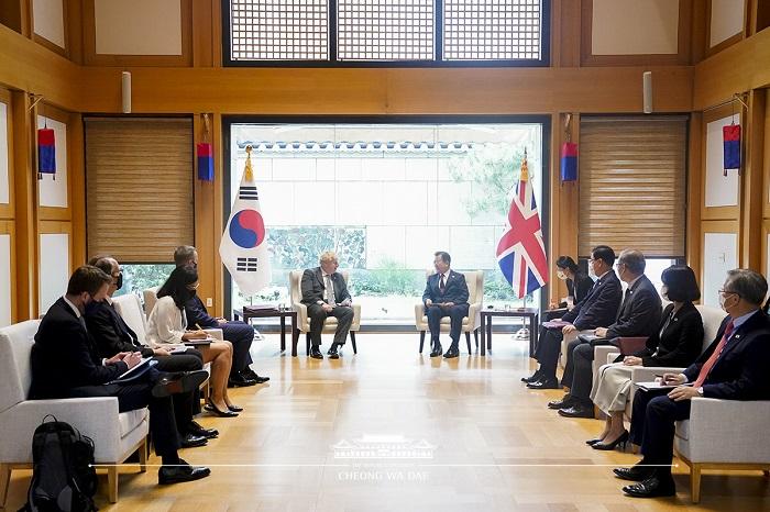 문재인 대통령은 주유엔대표부 양자회담장에서 보리스 존슨 영국 총리와 정상회담을 가졌습니다.