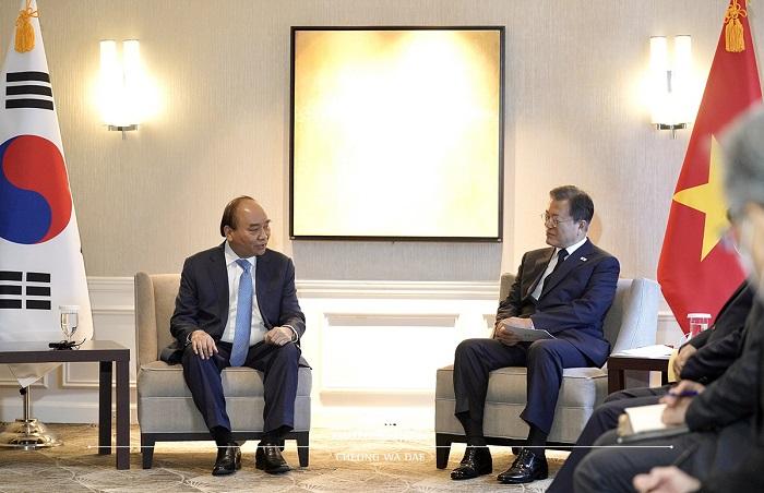 문재인 대통령은 응우옌 쑤언 푹(Nguyen Xuan Phuc) 베트남 주석과 정상회담을 가졌습니다.
