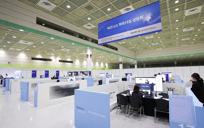 KOTRA(사장 유정열)가 이번 5일부터 이틀간 서울 코엑스에서 '2021 신남방 비즈니스 위크'를 개최한다. 사진은 상담장 전경.
